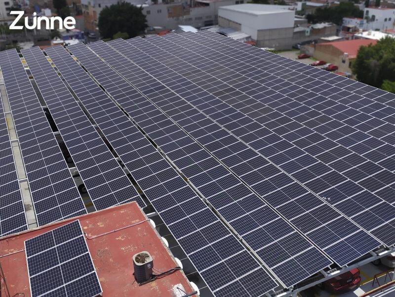 paneles-solares-industriales-en-edificio